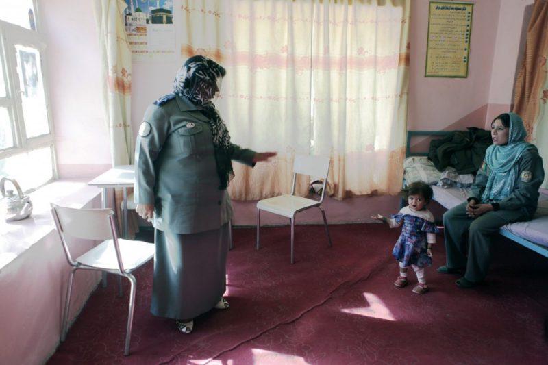 Seit 1986 ist sie Polizistin, mit Unterbrechung während der Taliban-Herrschafft. Ihr Mann istebenfalls Polizist und unterstützt sie in allen Lebenslagen.