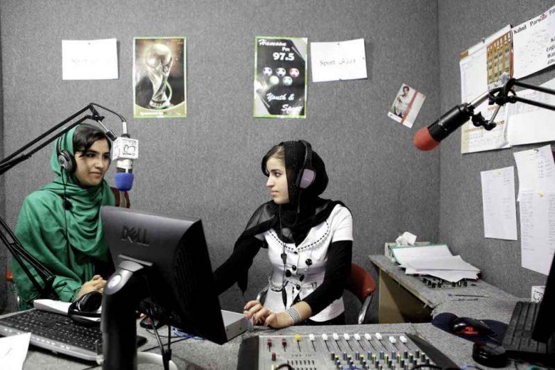 Am Anfang moderierte Farkhunda Arezo Sportsendungen im Radio. Heute ist sie eine angesehene Moderatorin des renommierte TV Senender Tolo TV.