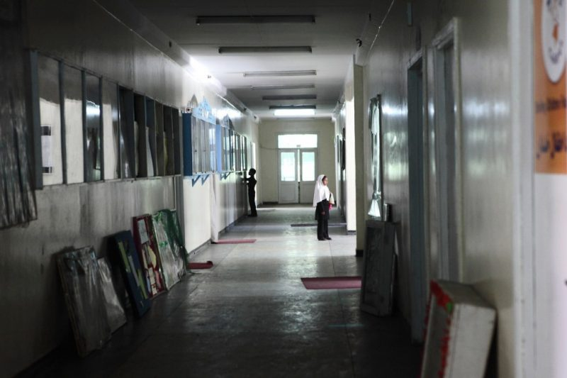 Afghanistan ist eines der Länder mit der weltweit höchsten Analphabetenrate.  Nur eine von zehn Frauen kann lesen oder schreiben. Ob ein Mädchen in Afghanistan die Schule besuchen darf, hängt häufig von der Entscheidung der Familie und dem sozialen Umfeld ab.