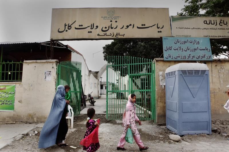 """Doch jetzt, wo das Projekt realisiert ist, ziehen die Frauen ihre Burka vor den Toren aus und genießen einenausschließlich """"weiblichen"""" Raum."""