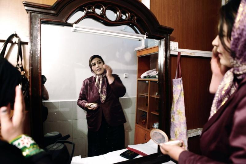 Sie hat 5 Töchter und ist auchdeswegen besonders interessiert, dass in den Zukünftigen Afghanistan, Frauen nicht mehr Transparent sind.