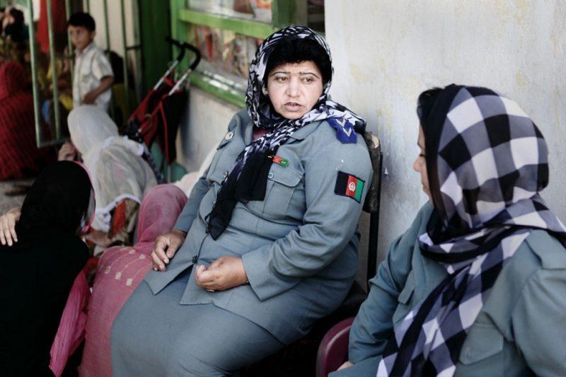 Nasima hat einen gefährlichen Beruf als polizistin in Afghanistan. Polizistinnen werden immer wieder von den Taliban angegriffen. Afghanistan hat etwa 160.000 Polizisten, davon sind aber nur 1500 Frauen.